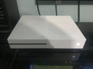XBOX ONE S 5 months old! Plus games 1Tb