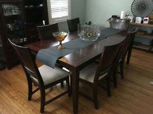 Beautiful Broyhill Dining Room Set (w/6 chairs) and hutch-walnut