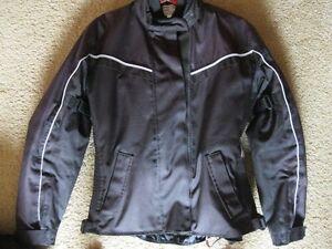 Manteau, casque, chaps et chandails de femme Harley Davidson