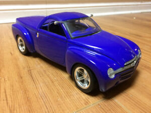 1/18 diecast 2005 Chevy ssr w/trailer and trail bikes