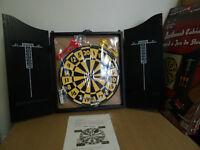Placard à jeu de fléchettes / Dartboard cabinet set