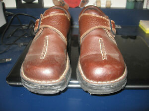BROWN LEATHER LADIES SLIP ON SHOES SIZE 8 1/2 Kingston Kingston Area image 2