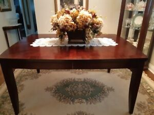 Dining room table with 6 chairs in immaculate condition.