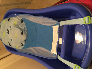 TOMY Baby/Infant bath with hammock, blue whales design.