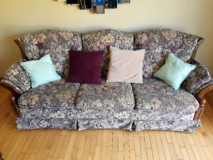 **** WOW,  Couch chair, cushions & 2 stands ****
