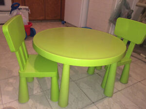 Table, chaises, jouets
