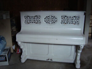 Piano droit blanc style western