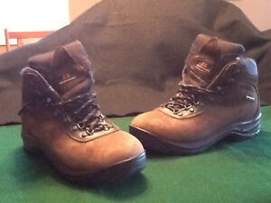 WOMEN'S GARMONT HIKING BOOTS - SIZE 9