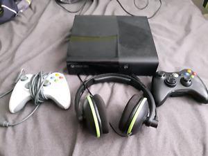 XBOX 360 E 500gb avec 2 manettes, un casque d'écoute et 35 jeux