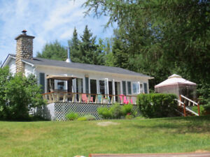 Lovely, Clean Lakefront Cottage near Blue Sea/ Gracefield