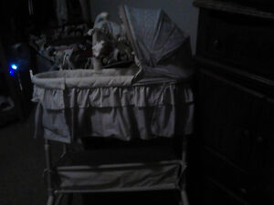 Lightly used bassinet that viberates, sings, and lights up Sarnia Sarnia Area image 3