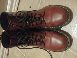 DARK RED DOC MARTENS LIKE NEW SIZE 7 50$