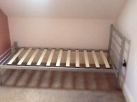Metal frame single bed,with wooded mattress base.