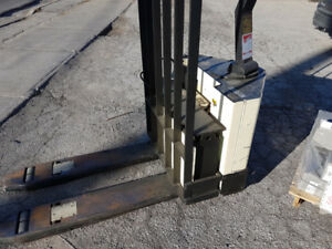 CROWN 6000LBS PALLET WRANGLER (RECHARGEABLE)