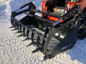 Silage and manure grapple bucket for skid steer