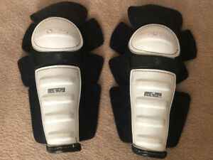 Hockey Shin Pads CCM Pro Guard. Size: Adult or Adolescent