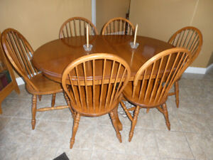 SOLID OAK PEDESTAL DINING TABLE & 6 SOLID OAK WINDSOR CHAIRS