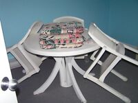 TABLE DE PATIO + 4 CHAISES + 4 COUSSINS + NAPPE