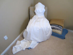 Beautiful White Wedding Dress w Flower Accents SIZE 8 Tail Veil