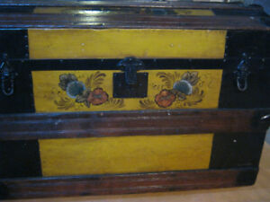 VINTAGE  TURTLE BACK TRUNK