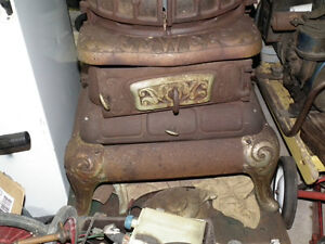 ANTIQUE COAL HEATING STOVE OVER 100 YEARS OLD !