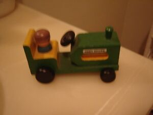 BUNCH OF JOHN DEERE VEHICLES/TOYS