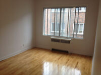 2 min  Metro Plamondon, 3 1/2, grand , renove, chaufee/heated