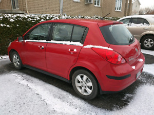 Versa rouge Hatchback manuelle au plus offrant