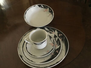 40 Piece Beautiful Dinnerware Set