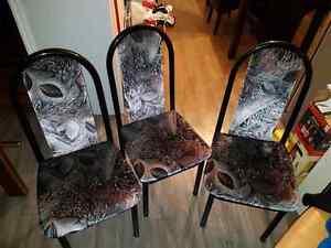Table de cuisine et chaises à vendre