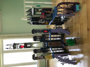 Deadluxe Monster high doll castle, 30 plus dolls & accessories