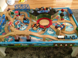 Table Thomas the train avec 22 trains et camions