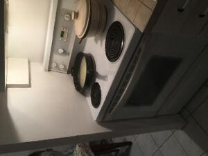 Cuisinière à vendre + frigo cadeau!