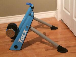 Base d'entraînement pour vélo  TACX Bleue Twist, avec pneu