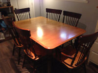 Table a manger a vendre. Dining room table for sale.