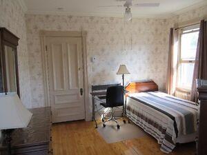 Chambre meublée à deux coins de rue du CÉGEP