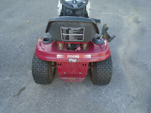 42 inch white outdoors lawn tractor, great cond Cornwall Ontario image 5