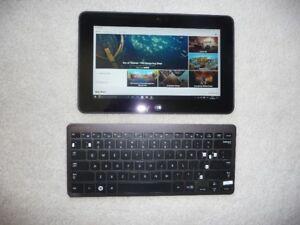 Tablette électronique Androïd et clavier.