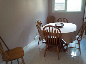 Dining Room Table w leaf AND 6 chairs!!!