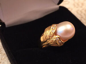 Gold yellow solid ring 18K with real pearl and seven diamonds
