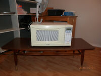 SYLVANIA Microwave and Coffee Tabel