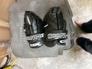Men's hockey gloves and shin pads