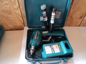 Makita drill 9,6 volt 3 batteries and charger  25,00