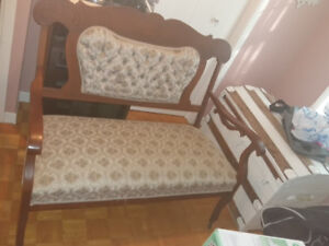 Causeuse et chaises antiques