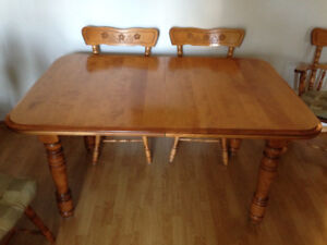 DINING TABLE AND 6 CHAIRS ALL WOOD WITH 2 LEAFS EXCELLENT SET