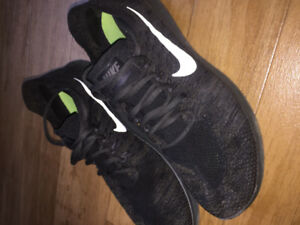 Size 10.5 Nike men's free rn flyknit running shoes olive green