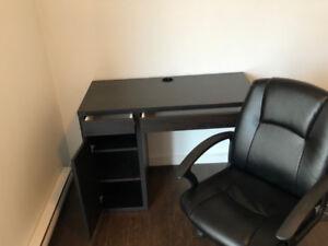 Bureau d'ordinateur avec chaise d'ordinateur sur roulettes