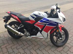 Moto Honda CBR 300 R À vendre presque neuve