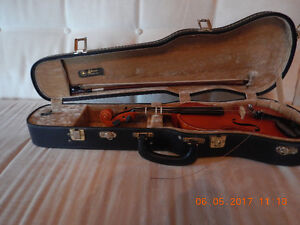 Suzuki Kiso 1/4 size with case and bow