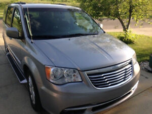 2013 Chrysler Town Country Stow n go, backup cam 72976 Kms